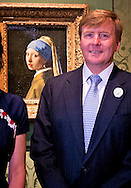 THE HAGUE - King Willem-Alexander is Friday June 27 attended the reopening of the Mauritshuis in The Hague. The museum at the Hofvijver been completely renovated over the past two years and extended. He looks at the painting Girl with a Pearl Earring by Johannes Vermeer. COPYRIGHT ROBIN UTRECHT
