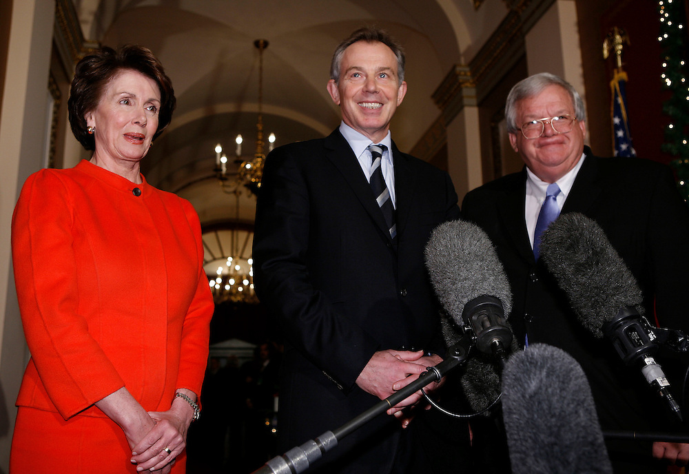 British Prime Minister Tony Blair (C) appears for photographers with Speaker of the House Dennis Hastert (R-IL) and Speaker elect Nancy Pelosi on Capitol Hill in Washington, December 7, 2006.  REUTERS/Joshua Roberts   (UNITED STATES)