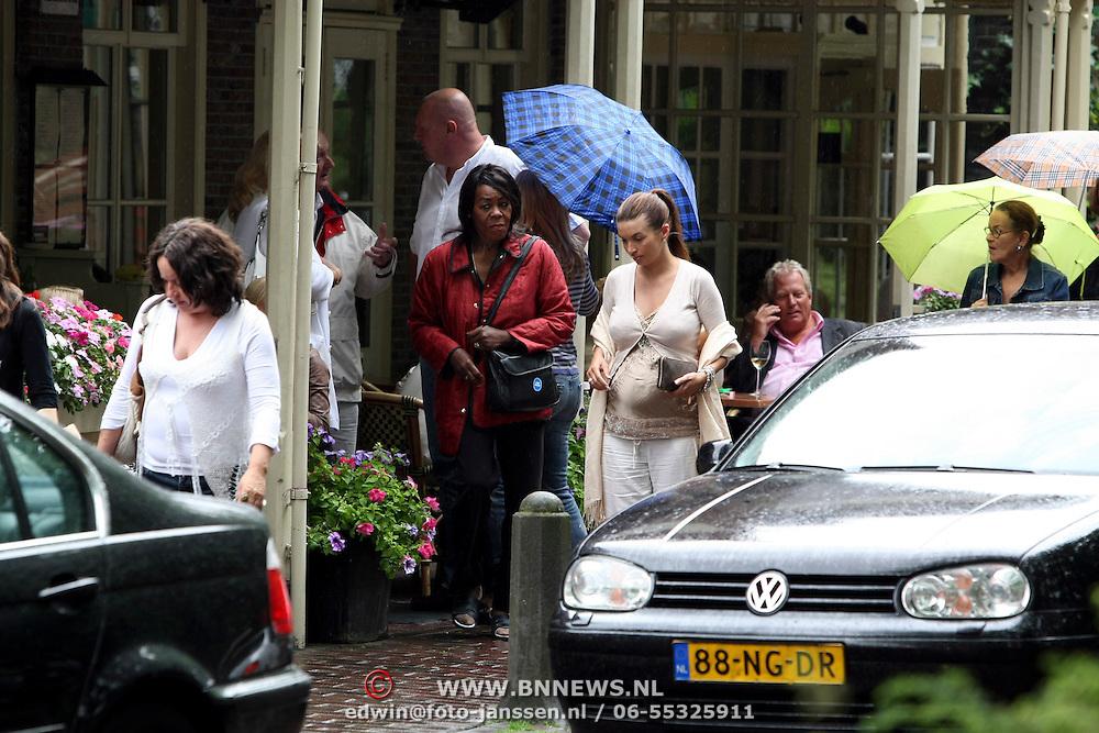 NLD/Laren/20070623 - Rossana Lima met dochter Demi, schoonmoeder Lidwina Kluivert en dochter Natasja aan het winkelen in Laren
