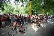 Het Duiste team Bora-Argon 18 passeert de wielerliefhebbers. In Utrecht vindt met de presentatie van de renners het eerste offici&euml;le deel plaats van de Grand Depart. Op 4 juli start de Tour de France in Utrecht met een tijdrit. De dag daarna vertrekken de wielrenners vanuit de Domstad richting Zeeland. Het is voor het eerst dat de Tour in Utrecht start.<br /> <br /> The German team Bora-Argon 18 passes the fans. In Utrecht the riders present themselves as the first official moment of the Grand Depart . On July 4 the Tour de France starts in Utrecht with a time trial. The next day the riders depart from the cathedral city direction Zealand. It is the first time that the Tour starts in Utrecht.