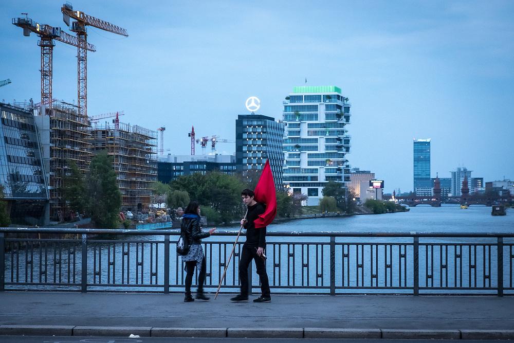 Germany - Deutschland - 1. Mai in Berlin; Junger Mann mit Roter Fahne auf der Schillingbrücke, Berlin, 01.05.2017; © Christian Jungeblodt
