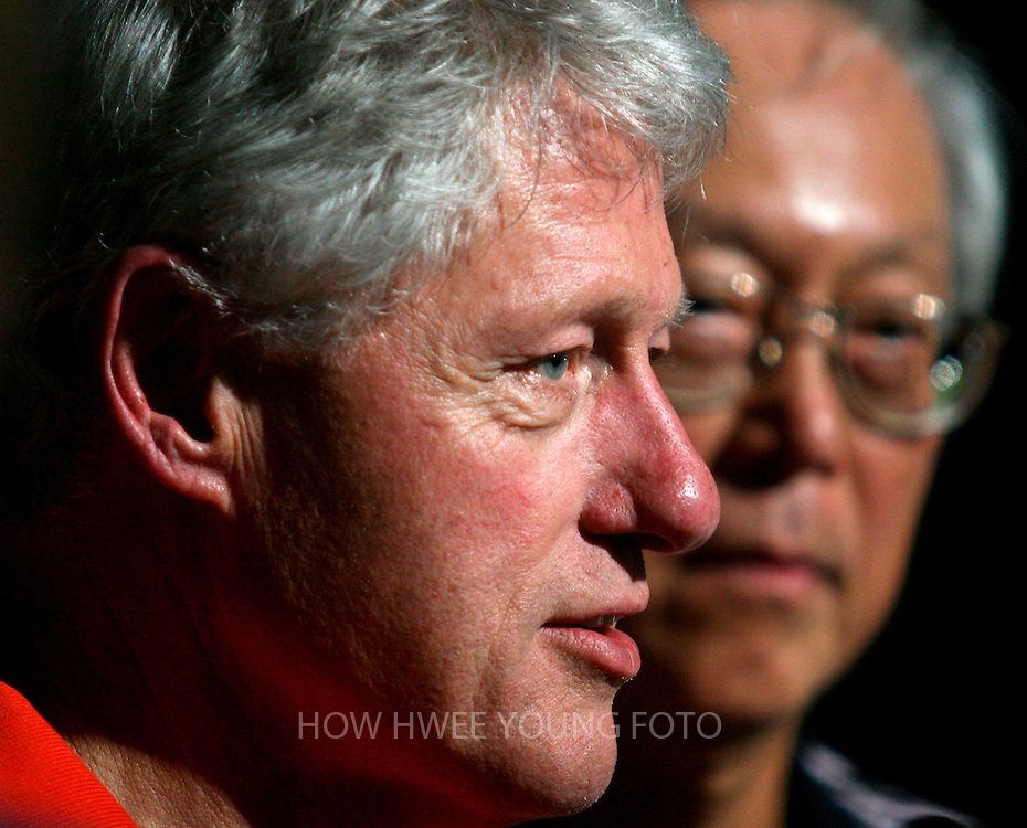 epa000379589 Former US President Bill Clinton (L) and Singapore Senior Minister Goh Chok Tong talking to reporters at Orchid Country Club before a game of golf in Singapore on Monday 28 February 2005. Clinton arrived in Singapore on Monday after a two-day visit to Taiwan. He will meet the city state's Prime Minister, Lee Hsien Loong and Minister Mentor Lee Kuan Yew on Tuesday.  EPA/HOW HWEE YOUNG