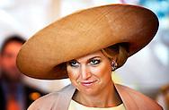 SINGAPORE - Prinses Maxima tijdens een bezoek aan de Singapore City Gallery. Koningin Beatrix, prins Willem-Alexander en de prinses brengen een tweedaags staatsbezoek aan de republiek. ANP ROYAL IMAGES ROBIN UTRECHT