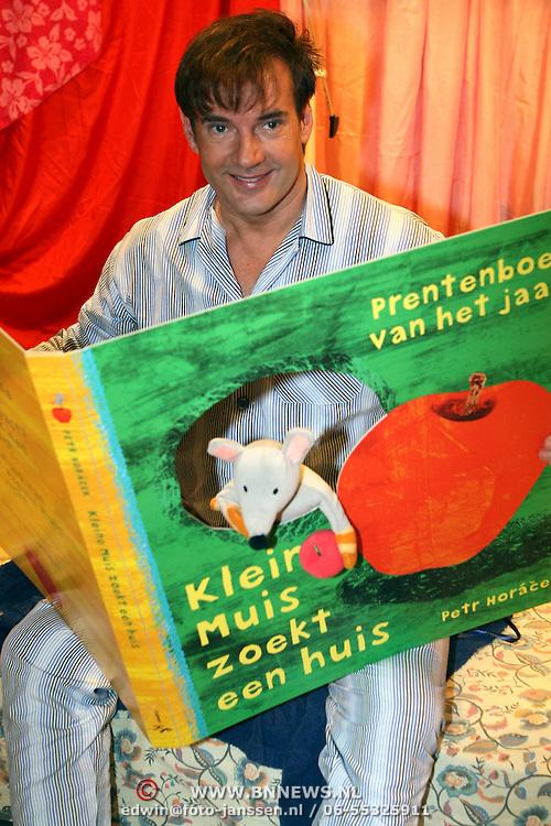 NLD/Aalsmeer/20080123 - Gerard Joling leest voor op de basisschool Samen 1 tijdens de Nationale Voorleesochtend 2008