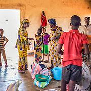 LÉGENDE: Albertine Toulhade discute avec la responsable du moulin. Elle vient se rassurer que tout se passe à merveille avec les clients. LIEU: Centre COFEMAK, Koumra, Tchad. PERSONNE(S): Albertine Toulhade (au milieu) avec les clients.(à droite) et la femme responsable (à droite).