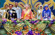 BANDAR SERI BEGAWAN - Koningin Beatrix (M) temidden van sultan Hassanal Bolkiah (L) en zijn echtgenote (R) tijdens het staatsbanket. Koningin Beatrix, prins Willem-Alexander en prinses M�ma brengen een tweedaags bezoek aan Brunei. ANP ROYAL IMAGES ROBIN UTRECHT