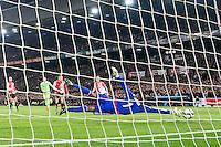 ROTTERDAM - Feyenoord - Ajax , Voetbal , KNVB Beker , Seizoen 2015/2016 , Stadion de Kuip , 25-10-2015 , Keeper van Feyenoord Kenneth Vermeer (r) houd het schot tegen van Ajax speler Amin Younes (l)