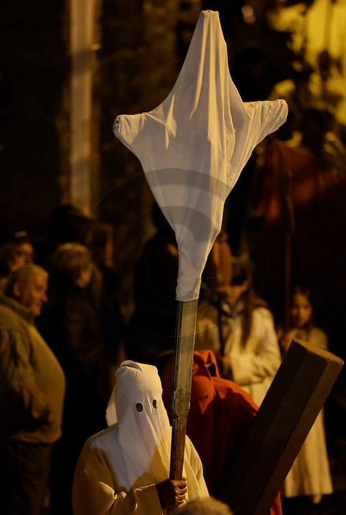 17/04/14 - SAUGUES - HAUTE LOIRE - FRANCE - Procession des Penitents Blancs lors du Jeudi Saint - Photo Jerome CHABANNE - Contact: 06 07 33 72 57