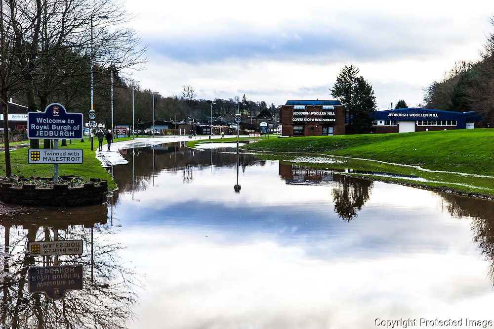 Jedburgh, Scottish Borders, UK. 27th January 2016. The town of Jedburgh and its main artery north to south the A68 bathes in flood water. The area recieved intense torrential rainfall on Wednesday morning.