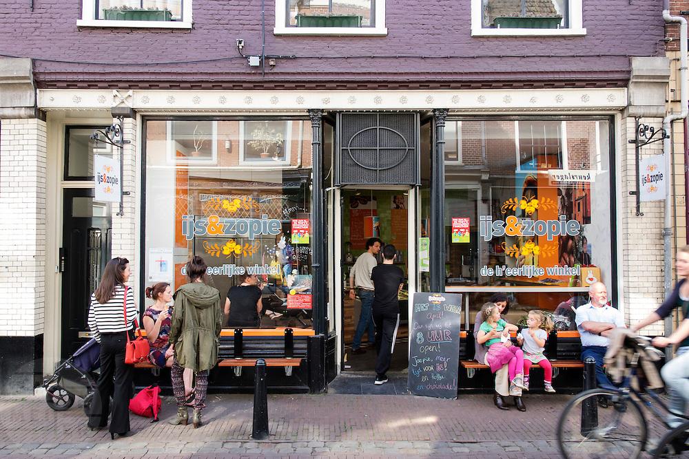 In Utrecht genieten mensen voor ijswinkel IJs &amp; Zopie van het mooie lenteweer.<br /> <br /> In Utrecht people enjoy the nice spring weather in front of ice scream shop IJs &amp; Zopie.