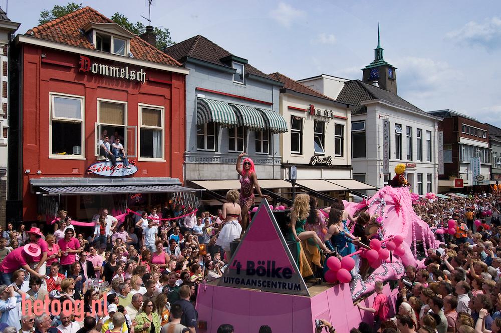 parade, optocht  op de oudemarkt tijdens enschegay rozezaterdag 2004