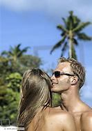 Paar umarmt sich am Strand, Nahaufnahme (model-released)