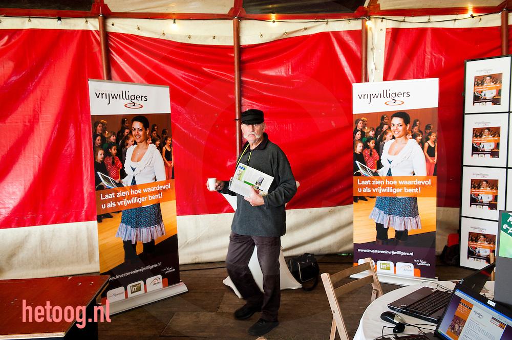 """Nederland, zwolle 24 september 2011 Festival 'alles begint vrijwillig"""" Op zaterdag 24 september vindt op initiatief van de Provincie Overijssel het Festival 'Alles Begint Vrijwillig' plaats. Arcon, ondersteuner van de vrijwilligerssector in Overijssel, is er samen met verschillende andere Overijsselse organisaties in geslaagd om een veelzijdig programma samen te stellen. Vrijwilligersorganisaties laten tijdens het festival zien hoe leuk het is om vrijwilligerswerk te doen en wat je ermee kunt bereiken, zowel voor jezelf als voor de samenleving."""