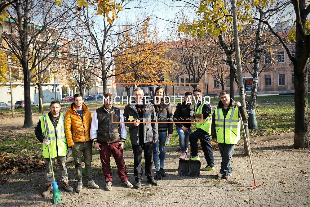 Don Angelo Zucchi con il gruppo di Rom che lavorano alla manutenzione dei giardini <br /> <br /> Parrocchia San Giovanni Cafasso, in borgo Vittoria. Periferia Torino nord