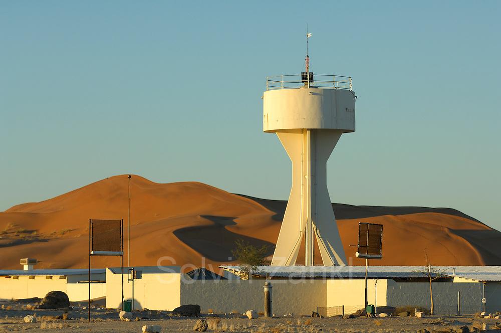 Die Gobabeb-Forschungsstation liegt am Fuße der nördlichen Sanddünen der Namib, ca. 70 km landeinwärts von Walvis Bay und inmitten des Namib-Naukluft Parks. An dieser Stelle verhindert der sporadisch Wasser führende Kuiseb Fluß das weitere Ausbreiten der wandernden Sandberge nach Norden. Studenten und Mitarbeiter der Station erforschen seit vielen Jahren - gefördert auch mit Mitteln aus Deutschland - die Oekologie dieses Wüsten-Lebensraumes. | Gobabeb is a training and research centre in Namibia's Central Namib desert. The station, at 23°33.704 S, 15°02.466 E, is about 300km southwest of Windhoek, and some 70km (120km by road) from Walvis Bay.  The station is about 55km inland, well within the borders of the Namib Naukluft Park.
