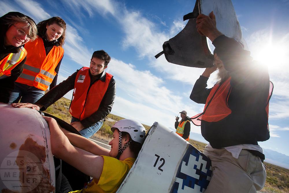 De ochtendrun op de derde dag van de races. In Battle Mountain (Nevada) wordt ieder jaar de World Human Powered Speed Challenge gehouden. Tijdens deze wedstrijd wordt geprobeerd zo hard mogelijk te fietsen op pure menskracht. Het huidige record staat sinds 2015 op naam van de Canadees Todd Reichert die 139,45 km/h reed. De deelnemers bestaan zowel uit teams van universiteiten als uit hobbyisten. Met de gestroomlijnde fietsen willen ze laten zien wat mogelijk is met menskracht. De speciale ligfietsen kunnen gezien worden als de Formule 1 van het fietsen. De kennis die wordt opgedaan wordt ook gebruikt om duurzaam vervoer verder te ontwikkelen.<br /> <br /> In Battle Mountain (Nevada) each year the World Human Powered Speed Challenge is held. During this race they try to ride on pure manpower as hard as possible. Since 2015 the Canadian Todd Reichert is record holder with a speed of 136,45 km/h. The participants consist of both teams from universities and from hobbyists. With the sleek bikes they want to show what is possible with human power. The special recumbent bicycles can be seen as the Formula 1 of the bicycle. The knowledge gained is also used to develop sustainable transport.