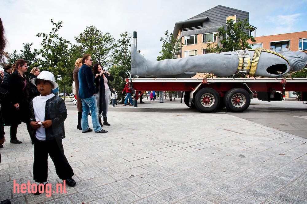 """nederland enschede d.d. 17-09-2010 foto: Cees Elzenga / Hollandse Hoogte Voor het museum de Twentse Welle in Enschede wordt ter promotie van de expositie """"Beter dan God"""" een standbeeld van Michael Jackson geplaatst. De expositie over schoonheids idealen en veroudering wordt 30 sept 2010 geopend door Marijke Helwegen en duurt daarna nog tot 28 februari 2011 Het vier ton wegende beeld werd speciaal gemaakt voor de concertreeks The History van The King of Pop in 1995...Eerder stond er al een reusachtig beeld van Lenin voor het museum. Deze was geplaatst in het kader van een tentoonstelling over de DDR."""