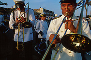Jóvenes de una banda musical, marchan trombones en mano. Le siguen otros, con los tambores y el ritmo. Cartagena de Indias,  2001 (Ramón Lepage / Orinoquiaphoto)     The fortified wall of Cartagena is in excellent condition and stretches more-or-less unbroken round a good portion of the Old Town. It is a pleasure for locals well as visitors to walk and observe the colonial architecture and excellent view of the Caribbean ocean..