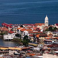 Vista aérea del casco antiguo de la ciudad de Panama. El Casco antiguo es la ciudad colonial de Panamá, que fue reconstruida después del saqueo del pirata Henry Morgan. Actualmente conserva su  arquitectura colonial y tiene restaurantes,  tiendas y galerías de arte.