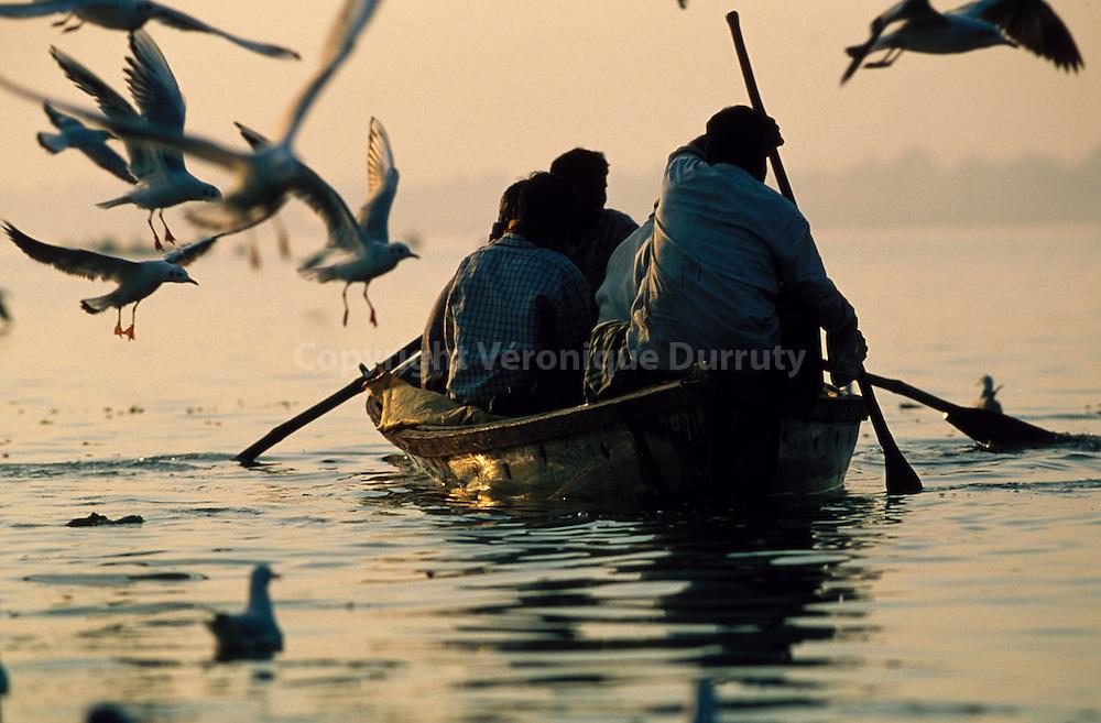 """A small ship taking pilgrims to the sangam, the """"exact"""" place where the waters of the Ganges and the Yamuna meet...un petit bateau amène des pèlerins sur le sangam, l'endroit """"exact"""" où les eaux du Gange et de la Yamuna se rejoignent"""