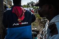 Malta, Marsa. Immigrati aspettano sul ciglio di una rotonda un lavoro. Quasi tutti vengono dall'italia