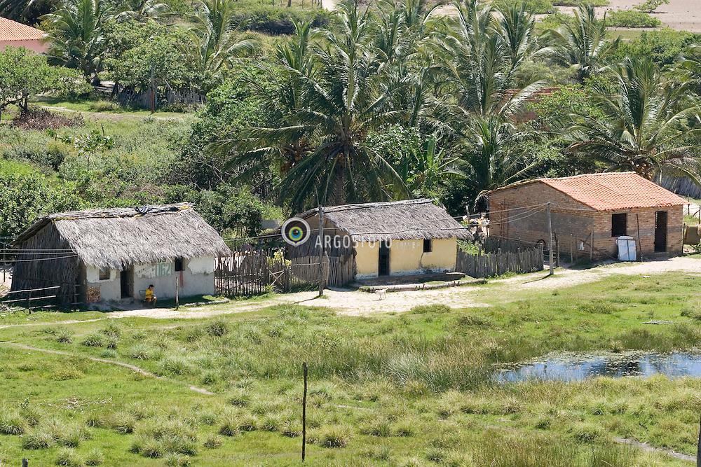 Mandacaru, Maranhao, Brazil.     jun/2006.Casa de sape vista do farol na cidade de Mandacaru.  / Sape house. Housing..Vista do farol na cidade de Mandacaru. .Foto © Adri Felden/Argosfoto