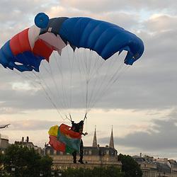 R&eacute;p&eacute;titions du d&eacute;fil&eacute; &agrave; pied du 14 juillet le matin sur les champs Elys&eacute;es et en journ&eacute;e au camp de Satory. R&eacute;p&eacute;tition du d&eacute;fil&eacute; a&eacute;rien dans le ciel de Paris. Requiem Faure au profit des bless&eacute;s dans l'&eacute;glise Saint Louis des Invalides.<br /> Juillet 2010 / Paris (75) et Versailles (78) / FRANCE<br /> Voir le reportage complet (37 photos) http://sandrachenugodefroy.photoshelter.com/gallery/2010-07-Repetitions-du-defile-du-14-juillet-2010-Complet/G0000Pi4LqgZrops/C0000yuz5WpdBLSQ
