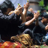 (MR) Indonesia, Bali, Mourners at Hindu Cremation ceremony in Gianyar