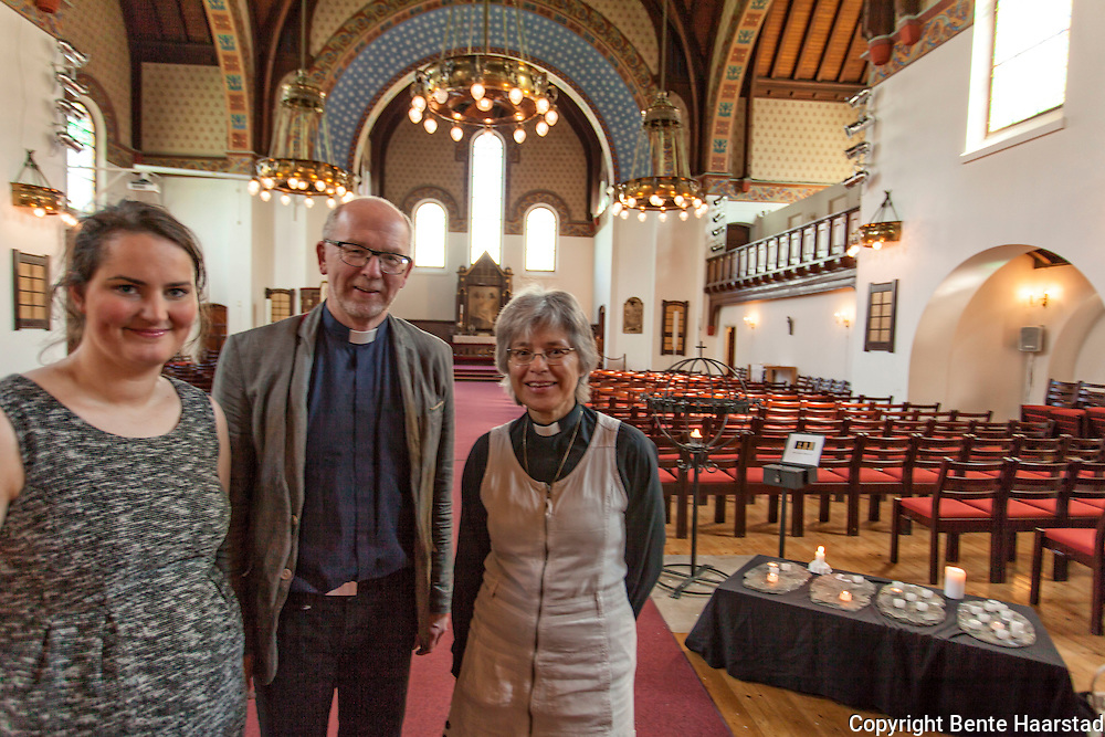 Glad over responsen på den aller første drop-in-dåp i Norge. F.v. Marie Hauge Gonzalez, leder av meninghetsrådet, Stein Ellinggard, sogneprest, og Hilde Rosenkrantz, sogneprest. Åtte personer i alderen 2 til 70 år ble døpt.