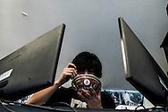 Non si stacca mai dagli schermi dei computer di casa. Neanche per mangiare.