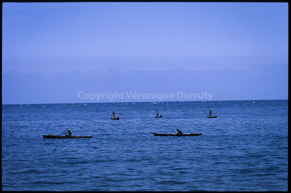 By the seaside, Principe : fishermen on their dugouts // bord de mer, Principe : pecheurs sur leurs pirogues