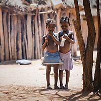 Duas miudas num kimbo perto de Quilengues. Província da Huíla, Angola