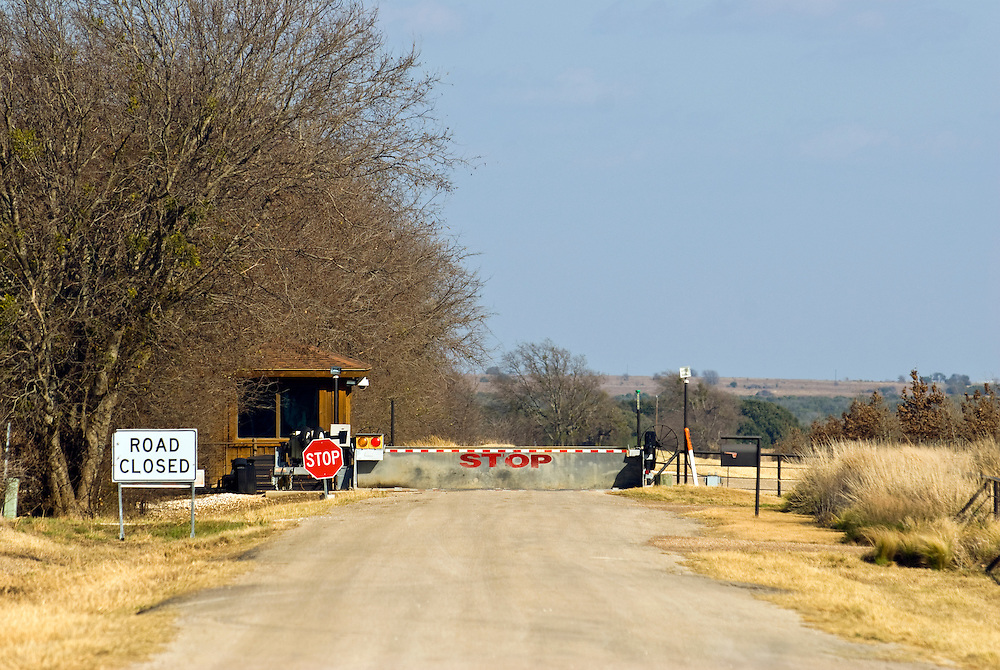 Crawford, Texas, USA.Der schwerbewachte Eingang zu der Prairie Chapel Ranch, der offizielle Wohnsitz des scheidenden Praesidenten George W. Bush  von 1999 bis Januar 2009..Entrance to the Prairie Chapel Ranch, where the outgoing President lived from 1999 to January 2009. The entrance is heavily guarded and no vehicle is allowed to stop anywhere near the ranch..Crawford, Texas, is the hometown of outgoing President George W. Bush, who bought the Prairie Chapel Ranch, located seven miles (10 km) northwest of town, in 1999. The farm was considered the Western White House of the President, who is leaving soon for a new home in  Dallas. His departure will bring major changes to this small town (population: 705), which had in part made a living by catering to the tourist, press and protesting crowds that came to visit. At the same time they are very tired of it all and seem to be glad that life can finally get back to normal now...©Stefan Falke
