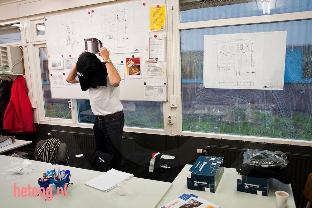 foto voor het blad BoND. 'Handen uit de mouwen'.Gerard van Dijk en Mirjam Pieters (bestuurders CNV BB)  draaien een dagdeel mee met het personeel of bedrijf met leden van het CNV hier bij Vredestein in Enschede..d.d. 10-11-2009 foto: hetoog.nl/cees elzenga.Bij artikel door Kees de Vos : 06 - 22 39 30 07