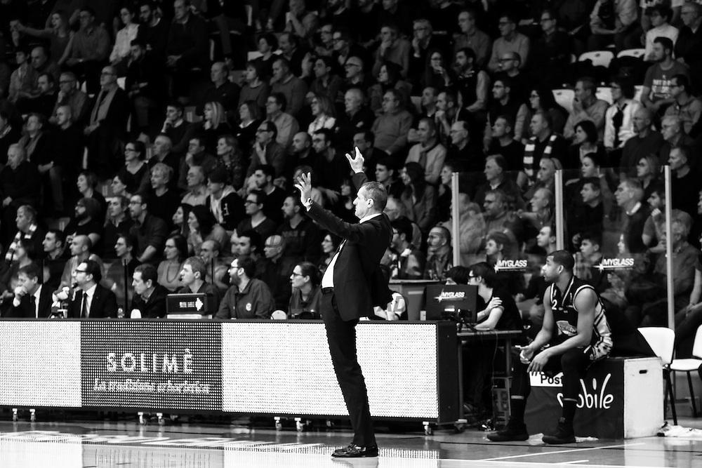 L'allenatore della Pasta Reggia Caserta, Sandro Dell'Agnello.<br /> Caserta &egrave; l&rsquo;unica citt&agrave; del sud a vantare un titolo nella pallacanestro agli inizi degli anni 90, al tempo Phonola Caserta, oggi Pasta Reggia Caserta. Dopo essere praticamente scomparsa alla fine degli anni 90 &egrave; ricomparsa nel 2003 iscrivendosi in serie B e nel 2008 &egrave; tornata in serie A.<br /> Dopo cinque sconfitte consecutive la Pasta Reggio di Caserta vince a Reggio Emilia un incontro intenso e vibrante al termine del tempo supplementare. A 30&rdquo; dalla fine era sotto di tre punti, Prima Putney fa un canestro da 3 punti e poi a 2&rdquo; il nuovo arrivato Diawara segna il punto della vittoria.