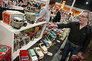 Bezoekers van de Verzamelaarsjaarbeurs in de Jaarbeurs in Utrecht struinen stands af op zoek naar nieuwe spullen voor hun verzameling.<br /> <br /> A man at the collectors fair is looking at a stand with model cars for a new model for his collection.