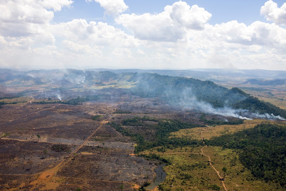 Fires clear cattle ranch land near Sao Felix Do Xingu in Para State, Brazil, August 12, 2008..Daniel Beltra/Greenpeace