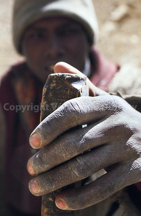 Main de travailleur, de la couleur de la poussi?re de la route  The hand of a worker. Same color as the road dust.