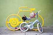 Een kinderfiets staat bij een fietsenrek in San Francisco. De Amerikaanse stad San Francisco aan de westkust is een van de grootste steden in Amerika en kenmerkt zich door de steile heuvels in de stad. Ondanks de heuvels wordt er steeds meer gefietst in de stad.<br /> <br /> A child&rsquo;s bike at a bike rack in San Francisco. The US city of San Francisco on the west coast is one of the largest cities in America and is characterized by the steep hills in the city. Despite the hills more and more people cycle.