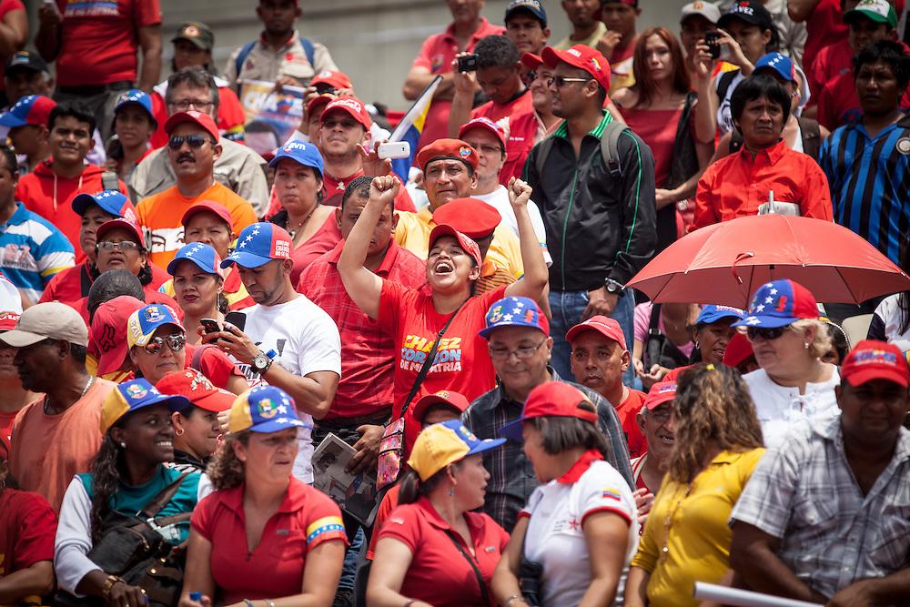 Simpatizantes de Hugo Chavez y Nicolas Maduro manifiestan su apoyo a la candidatura de Maduro en el CNE. Caracas, 11 Marzo, 2013 (Foto / Ivan Gonzalez)