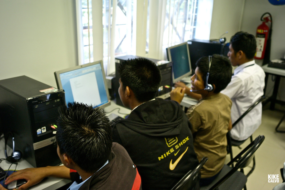 Indigenous Ngo?be Bugle? teens using a computer at Casa Esperanza . Panama.