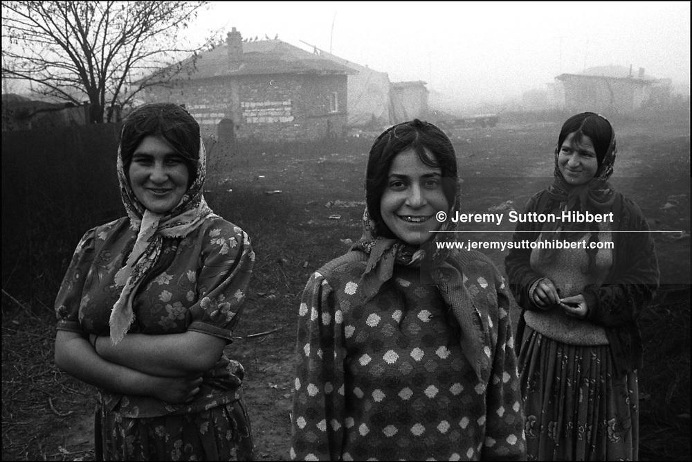 SINTESTI, ROMANIA. NOVEMBER 1996..©JEREMY SUTTON-HIBBERT 2000..TEL./FAX. +44-141-649-2912..TEL. +44-7831-138817.