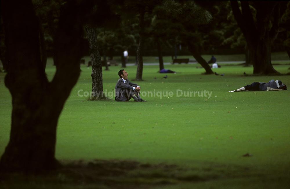 """Salarymen taking Rest During Lunch Time, Marunouchi, Tokyo, Japan // """"salarymen"""" se reposant pendant la pause dejeuner. Marunouchi, Tokyo, Japon"""