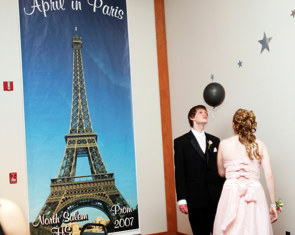 Justin Hopt and Charlene Hargrove head-butt a balloon back and forth during North Salem High School's prom at the State Fairgrounds' Cascade Hall, Apr. 28, 2007. THOMAS PATTERSON | Statesman Journal