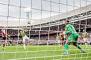 ROTTERDAM - Feyenoord - Vitesse , Voetbal , Seizoen 2015/2016 , Eredivisie , De Kuip , 23-08-2015 , Grootste kans van Speler van Feyenoord Lex Immers (l) recht in de handen van Vitesse keeper Eloy Room (r)