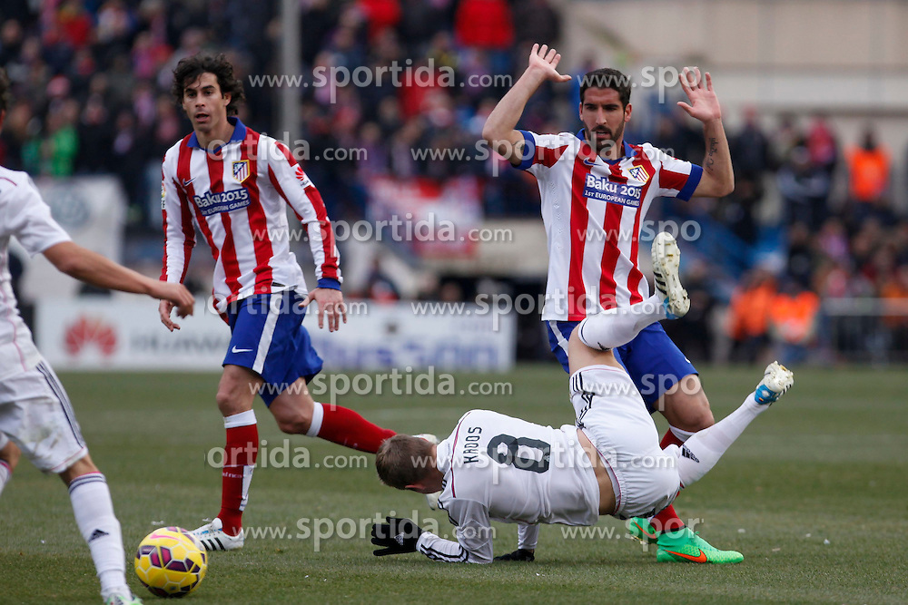 07.02.2015, Estadio Vicente Calderon, Madrid, ESP, Primera Division, Atletico Madrid vs Real Madrid, 22. Runde, im Bild Atletico de Madrid&acute;s Raul Garcia (R) and Tiago Cardoso and Real Madrid&acute;s Toni Kroos // uring the Spanish Primera Division 22th round match between Club Atletico de Madrid and Real Madrid CF at the Estadio Vicente Calderon in Madrid, Spain on 2015/02/07. EXPA Pictures &copy; 2015, PhotoCredit: EXPA/ Alterphotos/ Victor Blanco<br /> <br /> *****ATTENTION - OUT of ESP, SUI*****