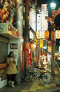 Young woman with her mobile phone, Hiroshima, Honshu, Japan / Jeune femme consultant son portable, Hiroshima, Honshu, Japon
