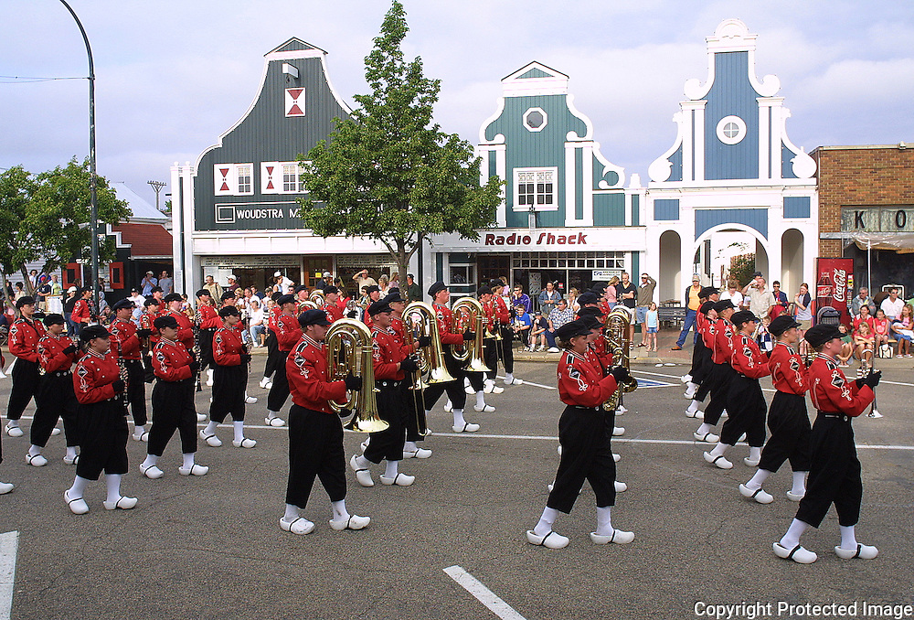 marching band essay A marching band is a group in which instrumental musicians perform while marching, often for entertainment or competition instrumentation typically includes brass.