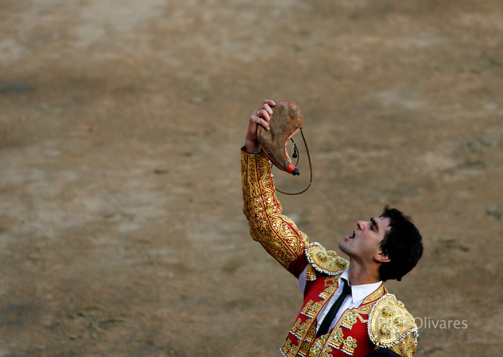 Spanish bullfighter Jesulin De Ubrique drinks wine after a bullfight at the Plaza de Acho bullring in Lima November 11, 2007.