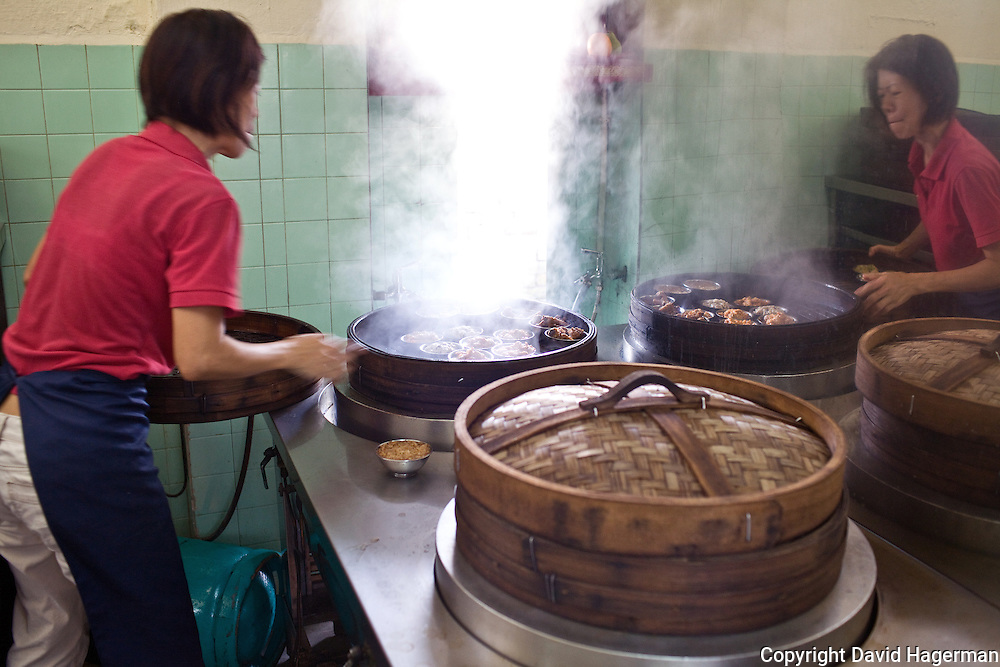 steaming dim sum items at Aik Hoe